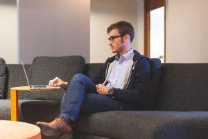 Hombre leyendo como escribir articulos que enganchen al lector