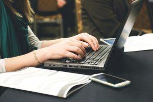 mujer escribiendo la primera frase que es importante al escribir articulos que enganche al lector