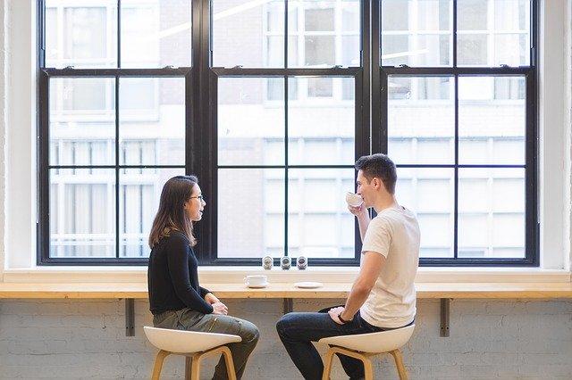 Dos personas hablando de que es la comunicacion
